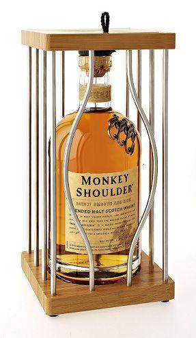 La Cage du whisky écossais Monkey Shoulder.   La bouteille iconique avec ses trois singes accrochés à l'épaule s'offre un abri d'argent et de bois  précieux pour préparer l'hiver et les fêtes de fin d'année. Monkey Shoulder, est un whisky qui plaît aux débutants comme aux initiés. Bu sec il est doux et riche, mais c'est un whisky qui aime la compagnie et qui trouve parfaitement sa place en cocktail.