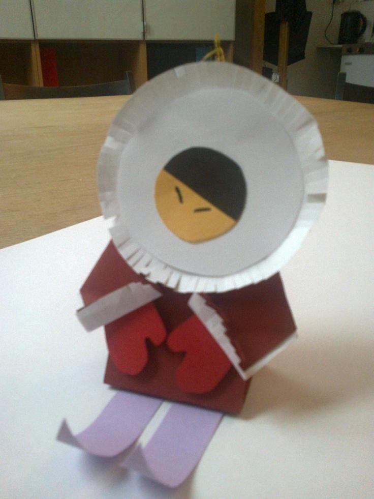 """Eskimos z kolorowego papieru. Takie zabawki na choinkę robiliśmy na warsztatach z """"Klarą"""" w Kalimbie."""