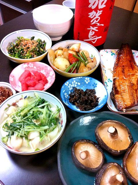 細かく品数多いけど、小鉢は残りもの(^_-) - 111件のもぐもぐ - 本日の家居酒屋はヘルシー、鯖の醤油焼き、椎茸焼き、水菜の鮭節での煮浸し、ジャガイモなど野菜たっぷり煮、ほうれん草の胡麻和え、にんべんのふりかけ、明太子、アサリの佃煮 by 間々田 貴史
