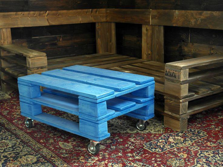tengerkék raklap asztal ipari kerekekkel (a háttérben meg egy raklap kanapé, karfákkal)