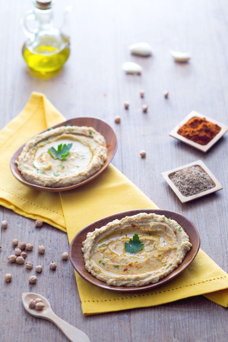 Hummus: una deliziosa crema a base di ceci dal sapore molto particolare. Perfetta per aperitivi e buffet! #Giallozafferano #recipe #hummus