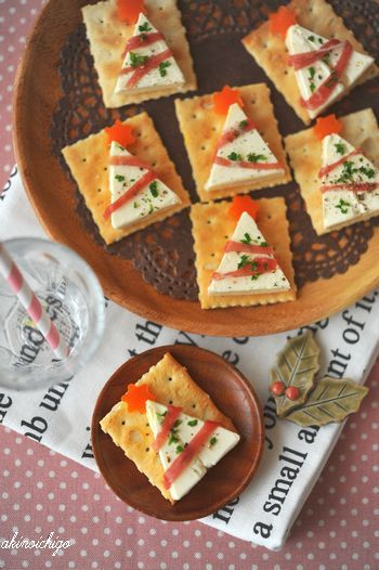 White tree canape - crackers with cheese for holiday parties~ cute  ~ easy!  Dozens of ideas with Picture tutorials.  Japanese instructions.