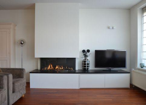 mooi met tv-meubel gecombineerd. Maar kast te hoog en weinig kleurverschil tussen muren/kast/koof open haard.