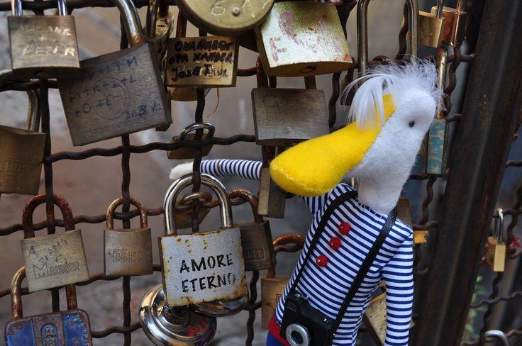 Amore eterno a Borghetto  #Felice #Mascotte #LagodiGarda #LakeGarda #LagoDiGardaOfficial #WeLakeYou #GardaLake #ILakeYou #WeLoveLdG #Gardasee #LacdeGarde #Gardameer #LagodeGarda