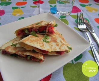 Quesadilla met salami, bosui, puntpaprika en kaas (foodblogswap)