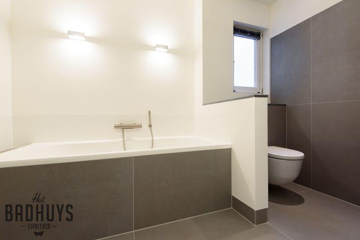 25 beste idee n over moderne badkamers op pinterest modern badkamerontwerp moderne badkamer - Moderne badkamer met ligbad ...