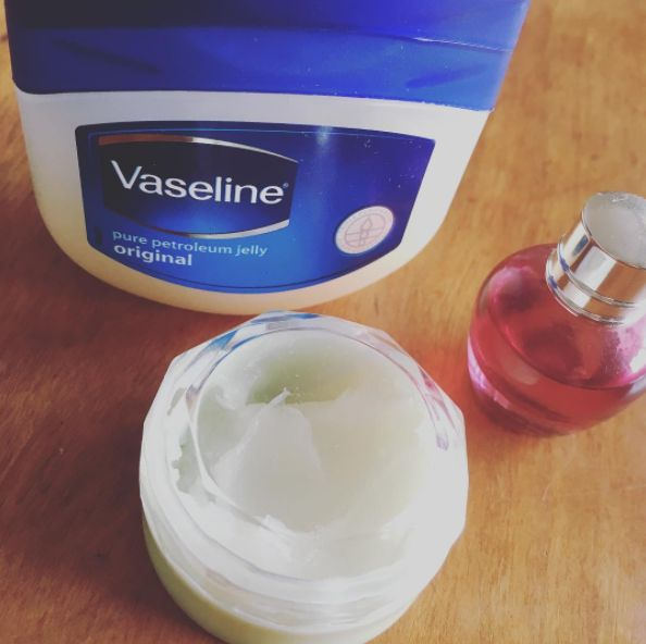 """お気に入りの香水があっても、なかなかボトルごと持ち歩くことは難しいし、アトマイザーに移し替えるのも面倒だし蒸発していく…そんな時に便利なのが""""手作り練り香水""""。手持ちのワセリンと香水を混ぜるだけでできちゃう上に、保湿もできる優れもの。今すぐ試したい""""手作り練り香水""""の作り方をご紹介します。"""