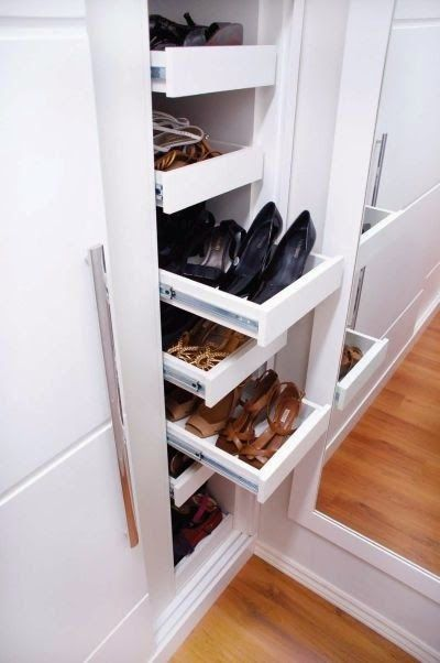 By: Mayara Camargo    Que mulher não sonha com uma sapateira lotada de sapatos bem organizados? Eu não tenho tantos sapatos mas mesmo assim...