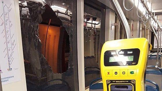 """Offerte di lavoro Palermo  L'atto vandalico ieri allo Sperone sulla linea 1. Il sindacato: """"Guidare un bus o un tram è diventato pericoloso""""  #annuncio #pagato #jobs #Italia #Sicilia Sasso contro il tram allo Sperone i Cobas: """"È allarme sicurezza"""""""
