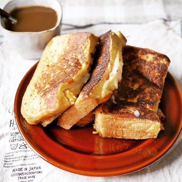 フレンチトーストとクロックムッシュの中間のような、カナダ生まれサンドイッチ「モンティクリスト」。朝食の新しい形として注目を集めています。ホワイトソースがいらないので、クロックムッシュよりも簡単なのもうれしいところ。卵にチーズ、ハムなど冷蔵庫にある材料でささっと作れ、しかも優雅でリッチなお食事が朝から楽しめるのが人気の理由です。今回はそんなモンテクリストの作り方・アレンジレシピをご紹介します♪