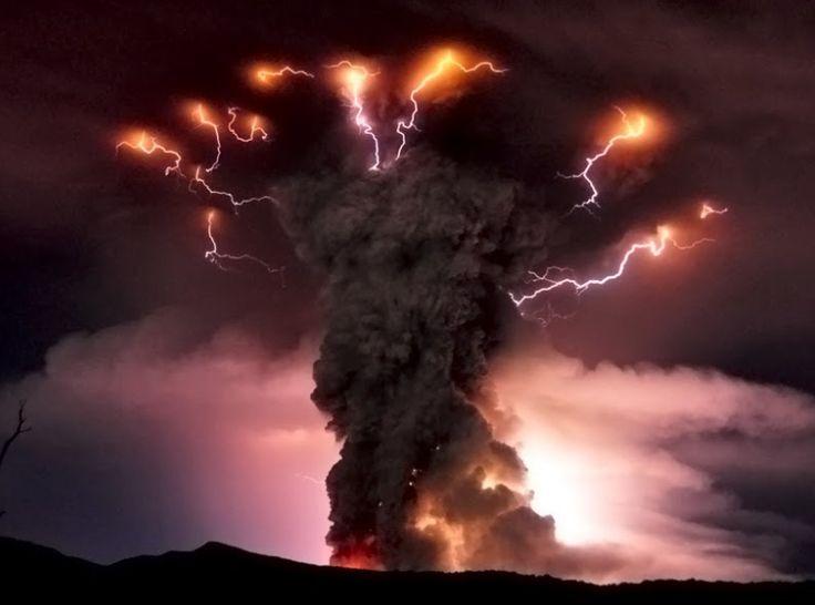 Erupción del Cordón del Caulle, Volcán Puyehue, Parque Nacional Puyehue, Chile. Impactante foto tomada por Daniel Basualto, vulcanólogo.