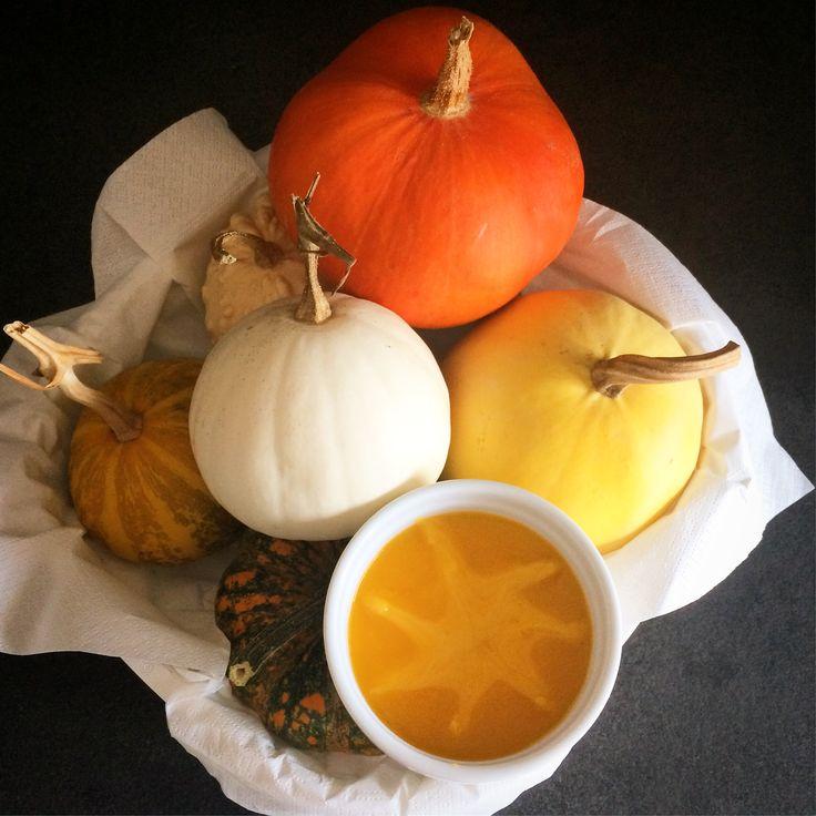 Autunno, tempo di zucca e di zuppe... infatti la vellutata di zucca è proprio l'ideale per i primi freddi, e perchè no, anche per una bella cena di Halloween con gli amici.