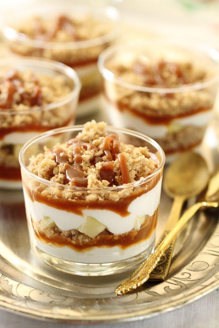 Crumble aux pommes dessert, crème fouettée et caramel