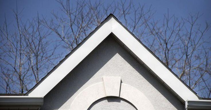 Como medir o ângulo de inclinação do telhado. A inclinação do telhado é referida como a sua altura. Você normalmente encontra a inclinação com uma proporção entre a altura e o comprimento do telhado, por exemplo, 0,3 m de altura para cada 1,2 m de comprimento. Esta medição pode ser feita em um telhado existente, mas as telhas podem causar distorção na medição. Se possível, execute esta ...