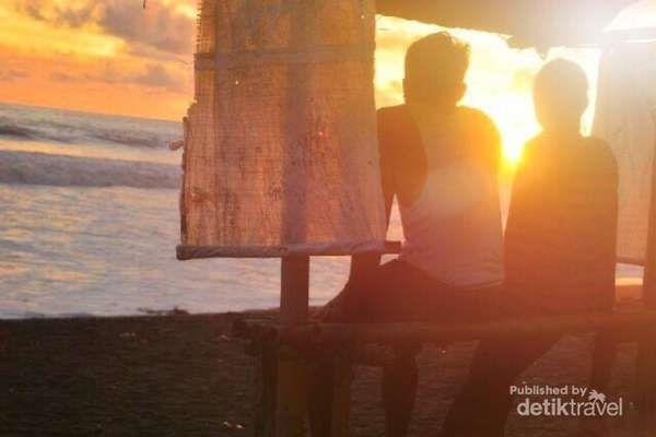 Senja Penuh Candu Dan Taman Payung Di Pantai Jetis Purworejo - http://darwinchai.com/traveling/senja-penuh-candu-dan-taman-payung-di-pantai-jetis-purworejo/