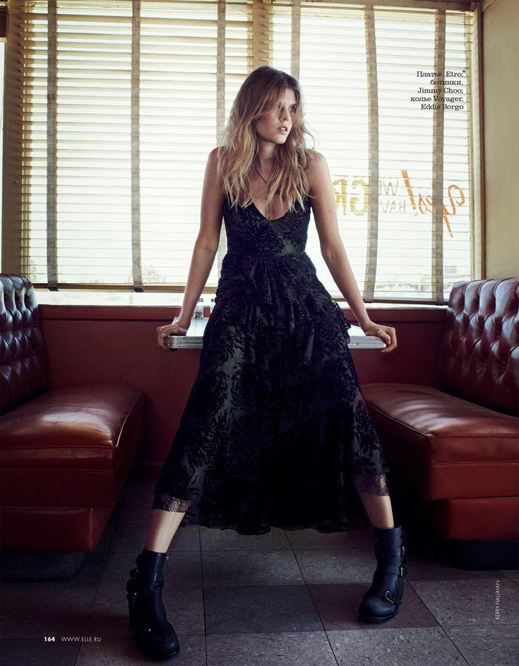 Maryna Linchuk kanaler grungestil i Etro förskönat klänning med Jimmy Choo stövlar