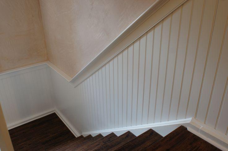 Treppenaufgang, mehrere Stockwerke neu gestaltet mit beadboard.de Holzpaneelen