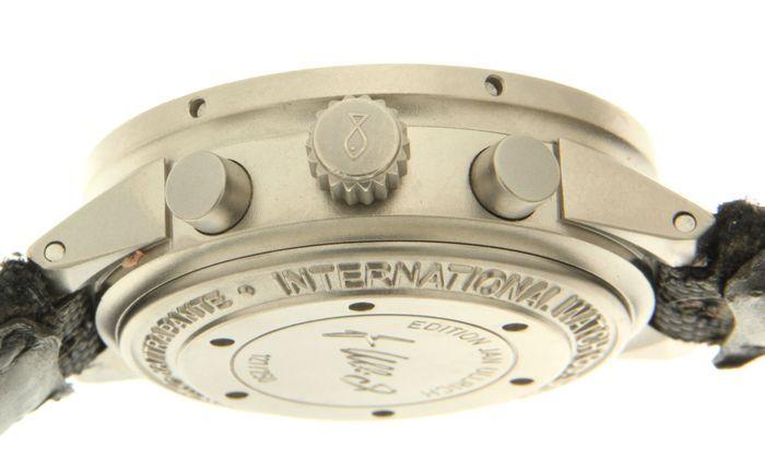 IWC GST Jan Ullrich Chronograph beperkt tot 250 stuks-horloge-n  3715.37 - (onze interne #6998)  Wordt geleverd met certificaat en vak (inclusief 1 jaar garantie).Conditie: goede staatVerkeer: automatischeFuncties: hours minutes chronograaf kleine seconde dag datum split seconden RattrapanteCase: titanium diameter 43 mm hoogte 168 mm saffier glas schroef op de rug- geschroefd kroon heeft massief titanium behuizing terug 'Jan Ullrich Edition' met inscriptie en individueel genummerd '…