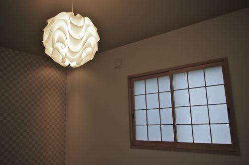 ブラウニーの森シリーズ Type A清水東町にOPEN! 4LDK+S 新築モデルハウスKITCHEN和室 LIGHTING / LE KLINT北欧デザインの照明は、和の空間をモダンに演出するアイテム。階段横 収納スペース 食