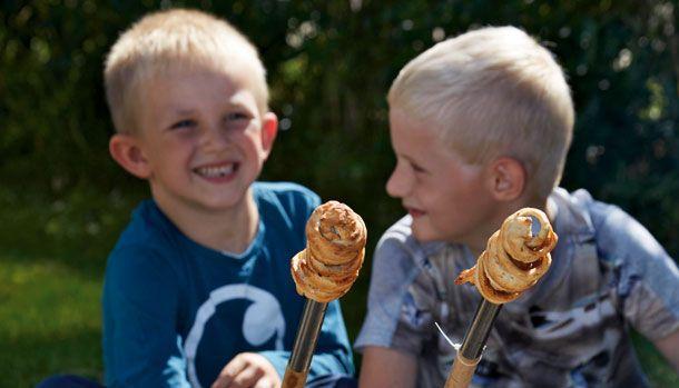 At lave mad over bål er noget at det hyggeligste, så tag børnene med ud i haven og tænd op for bålet. Her får du en rigtig god opskrift på snobrød med både æble og kanel.