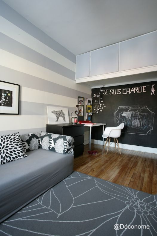 My kid's play room. Grey and white striped wall, chalkboard wall - Aménagement et photo: Stéphanie Guéritaud