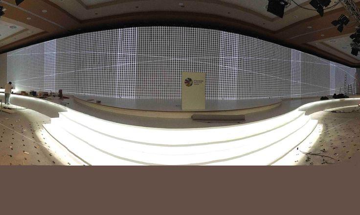 Alquiler de Equipos de Vídeo y Control Multi-proyección con edge-blending mediante sistema Watchout para pantalla de gran formato (42 metros lineales)