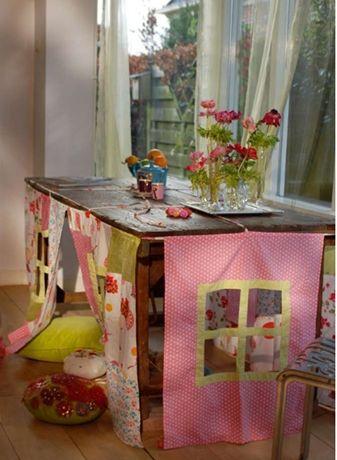 Cabaninha feita embaixo da mesa: alegria e diversão para os pequenos durante as férias escolares.  http://www.minhacasaminhacara.com.br/cabaninhas-para-os-pequenos/