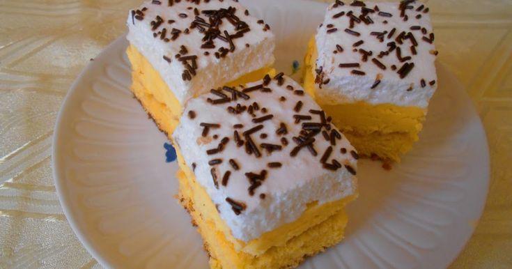 Egy finom piskóta vaníliakrémmel és tojáshabbal a tetején, tortadarával megszórva.