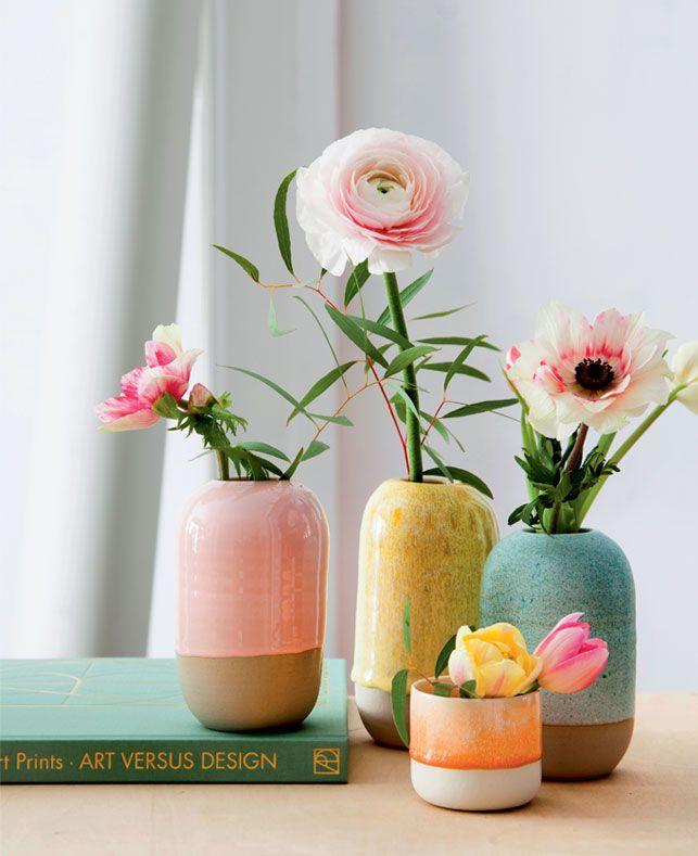 Med boligtilbehør i fine farver kan du sagtens skabe forårsstemning inden døre. Suppler med grønne planter og forårsblomster i smukke nuancer, og vent så bare på, at solen skinner ind ad vinduerne …