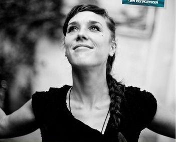 """Zaz (1980-    ) Isabelle Geffroy (d. 1 Mayıs 1980; Tours, Fransa), bilinen adıyla Zaz, Fransız şarkıcı. 10 Mayıs 2010'da yayınlanan Zaz albümündeki """"Je Veux"""" şarkısıyla çıkış yakalamıştır."""