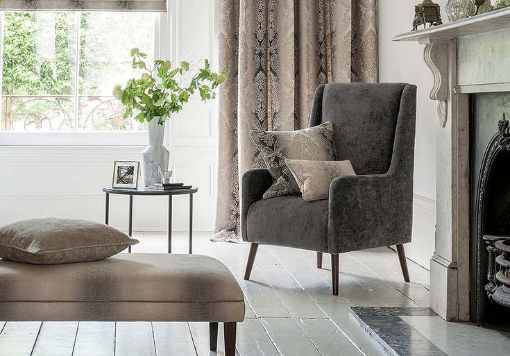 Gedetailleerde, sierlijke meubelstoffen met Ombre patronen in een klassieke Italiaanse stijl. Vier bij elkaar passende patronen worden aangevuld met een zachte, slub geweven chenille en zijn verkrijgbaar in de kleuren variërend van klassieke neutralen tot modieuze tinten van schaduwen van aqua, orchidee en olijfgroen. Zeer geschikt voor meubelstoffering en gordijnen.