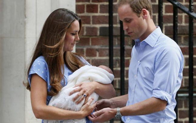 FOTO VIDEO Prima apariţie publică a micului prinţ. Ducesa #Kate şi bebeluşul regal au părăsit maternitateao