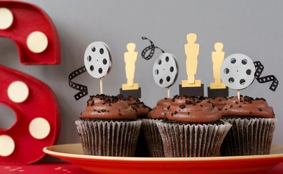 DIY Oscars party cupcake toppers http://www2.fiskars.com/Crafting/Projects/Entertaining-Parties/Decorations/A-Party-for-the-Stars-Oscar-Night
