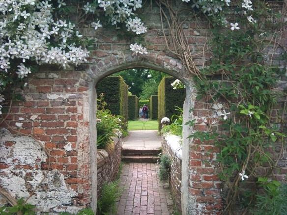 I love views through an arch.: Gardens Ideas, Arches Arches, Gardens Arches, Brick Arches, Awesome Brick, Corn Gardenidea, Gardens Gates, Brick Archway, Barefoot Gardens