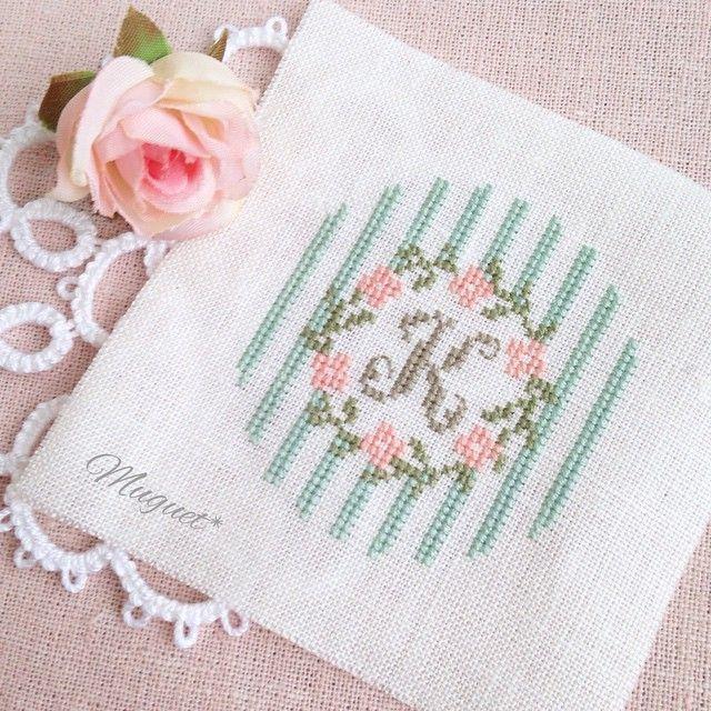. ストライプ柄をプラスしました。 甘い雰囲気の色合いが 気に入っています♡ #刺繍 #クロスステッチ #花 #リース #ストライプ #イニシャル #マカロンケース#ハンドメイド#手作り #手芸 #embroidery #crossstich #handmade #handwork #diy #flower #initial #stripe