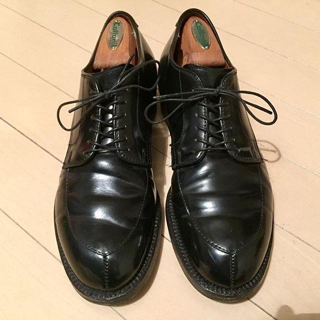 2016/12/04 02:05:00 matsuki_86 たまには店の靴以外を載せてみよう  ということで、今回はコレ! ファンの数が圧倒的「alden」その中でも代名詞的な靴は990や975、1339などがありますが、私が履いているのはこのモディファイドラストのvチップです。素材はコードバンなので迫力ある履きジワが良い感じです。よくオールデンってなんで人気あるんですか?と聞かれます。 私が思うには一番の魅力は万人を履き心地が良いと思わせる履きやすさ、ラストの素晴らしさにあると思います。 因みにモディファイドラストは昔オールデンが買収した会社の木型であり、オールデンのオリジナルではないそうです。 本国のオールデンのサイトを拝見するとモディファイドのモデルが掲載されていないのはそのためなのでしょうか?  #ALDEN#alden#オールデン#vtip#vチップ #shoes#靴 #cordovan #コードバン  #Rifare#リファーレ#恵比寿#自由が丘#北堀江#大阪#高松#瓦町フラッグ #名古屋#栄…