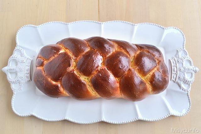 La challah è un tipico pane ebraico a forma intrecciata simile al pan brioche, ma meno dolce e con una trama più compatta. La challah viene consumata