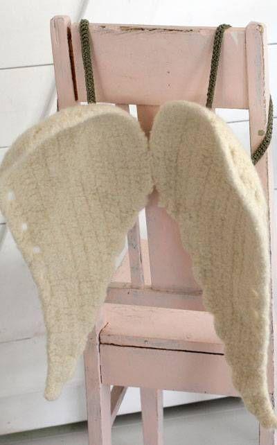 Crocheted wings for Christmas angels. Instructions in Finnish at Novita.fi. YARN: NOVITA HUOPANEN