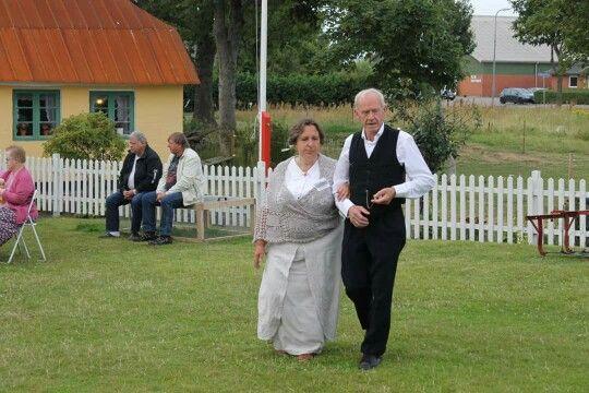 Hr og fru Nielsen på vej over gårdspladsen på museet sognefogedgården, Frederikshavn
