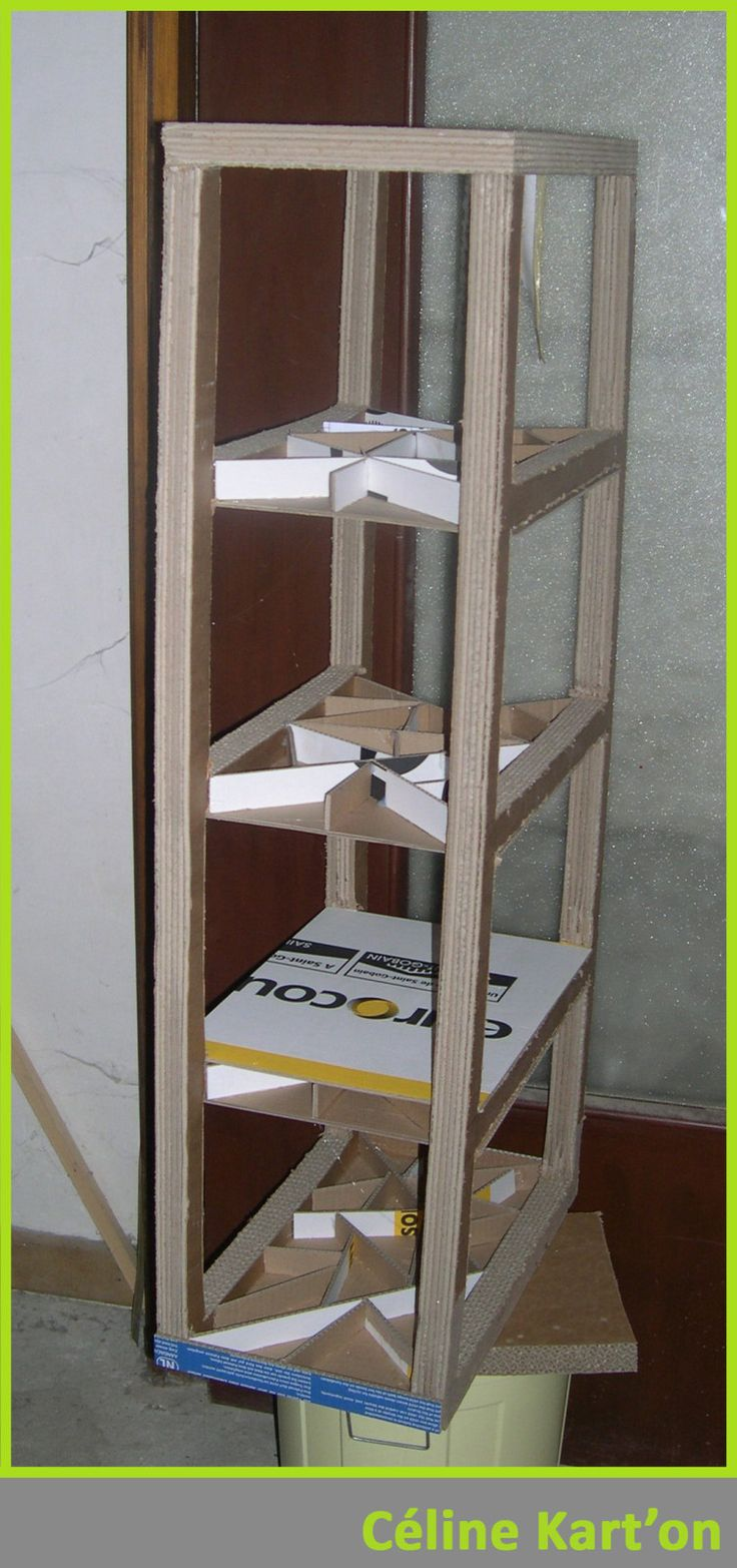 Bonjour à tous, Voici mon nouveau meuble en cours d'assemblage. J'ai utilisé une méthode quelque peu différente. Puisque j'ai utilisé du carton de 6 cannelures pour les profils avant et arrière. Et faisant un meuble ouvert sur les 4 côtés, je ne pouvais...