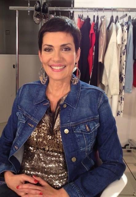 """Christina Cordula pour l'émission """"Les Reines du Shopping"""" porte un débardeur sequins Seven Tees"""
