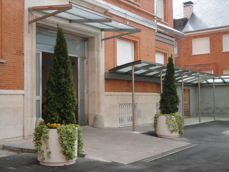 Adornando una entrada #jardineras #jardinerasprefabricadas #hormigonprefabricado #maceteros