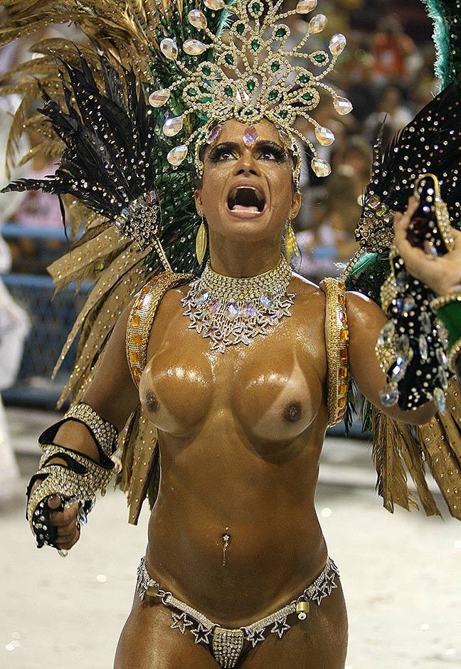 Una bailarina con el torso completamente descubierto de la escuela de Samba, Mocidade Independente de Padre Miguel, baila ante los espectadores el 23 de febrero de 2009.
