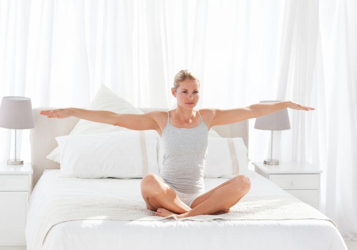 Você sabia que fazer atividades físicas antes de se levantar é benéfico para a saúde? De acordo com o site Minha Vida, parceiro do Catraca Livre, a prática ajuda a manter o preparo físico. Separamos alguns exercícios que podem ser feitos logos pela manhã.