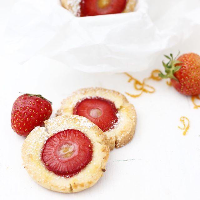 🇩🇪Ich kann's nicht abwarten, euch diese Kekse morgen auf dem Blog zu zeigen 🍓🍊 / 🇺🇸Can't wait to show you those lovely cookies in my blog tomorrow 🍓🍊 #stawberry #orange #cookies #food #foodie #foodblog #sweets #deli #treatyourself #acookieaday #keepsthedoctoraway