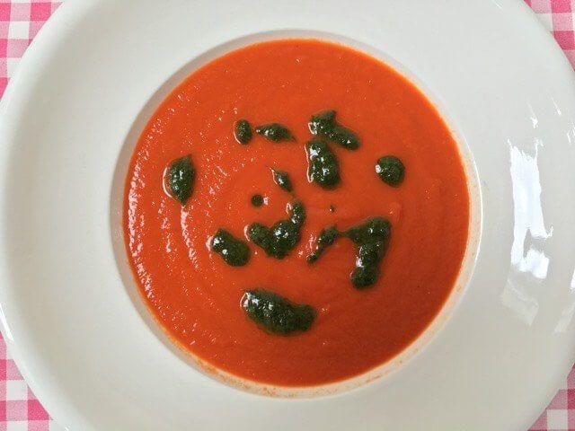 Verse tomatensoep met basilicum | Zelf gemaakte soep met een heerlijke basilicum dressing voor extra veel smaak | Bekijk dit recept op Alles Over Italiaans Eten