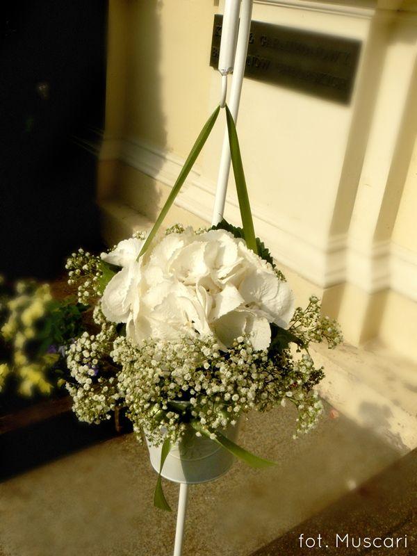alejka ślubna przed kościołem w Wilanowie - eleganckie białe stojaczki z kwiatami