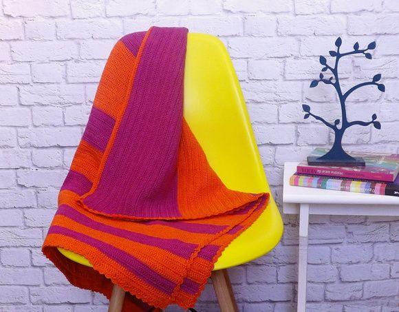 Manta de Crochê Moderna, laranja e pink. Nosso prazer maior é ver peças que valorizam o trabalho artesanal e as nossas cores mais vibrantes em ambientes tão atuais ❤  Manta listrada, toda feita à mão, caprichada e colorida. Mais: www.foliastextil.com.br  #manta #crochê #blanket #crochet #pink #rosa #laranja #orange