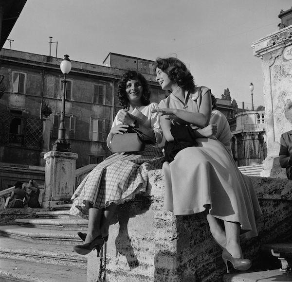 Roma negli anni Cinquanta, solita e stupenda: Due ragazze in piazza di Spagna a Roma, durante la pausa pranzo, nella metà degli anni Cinquanta. (Evans/Three Lions/Getty Images) - Il Post