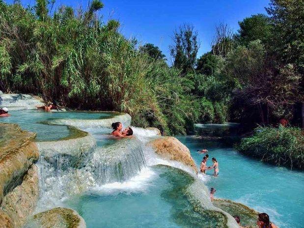 A dez quilômetros da pequena cidade de Manciano, na Toscana, as águas termais de Saturnia têm uma série de cascatas a mais de 37°, formando dezenas de piscinas em níveis diferentes. Além de bonitas, as águas das cascadas de Mulino podem aliviar reumatismos e dores musculares